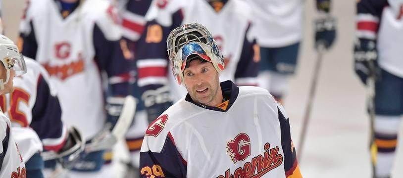 Petr Cech avec son nouveau maillot de gardien de hockey.