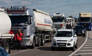 Une file de véhicules bloquant l'accès à la raffinerie de Fos-sur-Mer lors d'une grève, le 23 mai 2016.