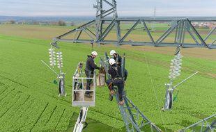 Intervention de techniciens RTE sur un pylône électrique (illustration).