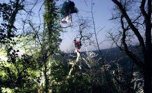 Le sauvetage d'une parapentiste, jeudi 6 janvier 2017, à Douelle, dans le Lot.