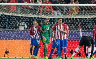 Jan Oblak félicité par ses coéquipiers de l'Atlético Madrid après ses beaux arrêts contre Leverkusen en 8e de finale retour de Ligue des champions, le 15 mars 2017.
