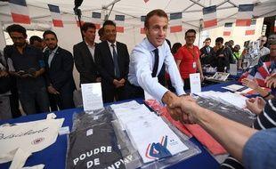 Emmanuel Macron s'improvise vendeur de t-shirts à son effigie à l'Elysée, le 15 septembre 2018.