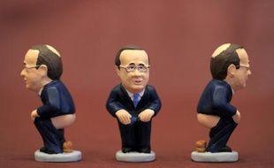 """Pantalon baissé, accroupi, le président français François Hollande crève l'affiche du vingtième anniversaire des """"caganers"""", ces traditionnels santons """"chieurs"""" des crèches de Noël en Catalogne."""