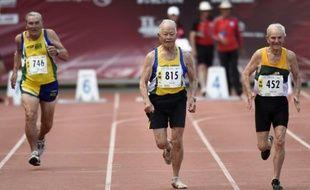 Les Brésiliens Frederico Fischer (g), son compatriote Mamoru Ussami (c) et l'Australien James Sinclair en finale du 100 m des plus de 90 ans, le 7 août 2015 à Lyon