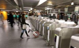 """Dix jours après le début de la grève, le trafic SNCF connaîtra une """"reprise progressive"""" vendredi, tandis que la RATP prévoit """"un trafic perturbé mais en nette amélioration""""."""