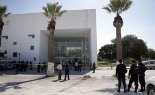 Des policiers devant le musée du Bardo à Tunis, le 19 mars 2015.