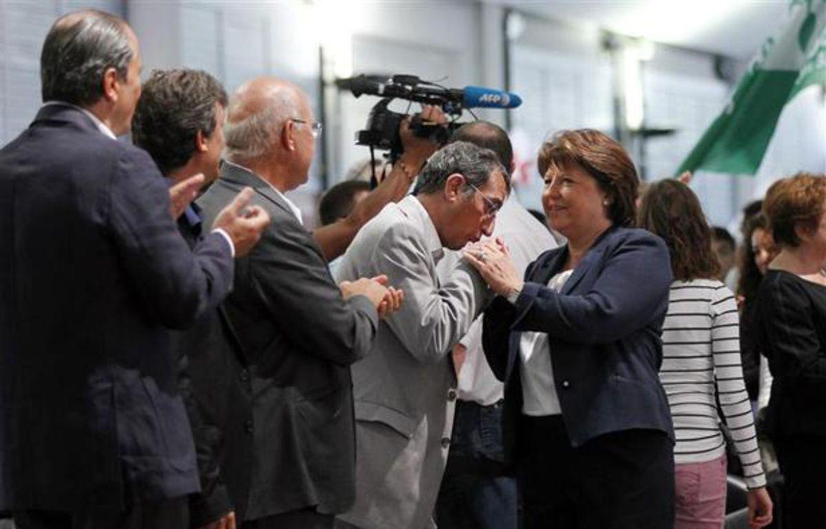 FrançoisLamy salue MartineAubry lors de l'université d'été de La Rochelle, le 26 août 2012. – S. MAHE/ REUTERS