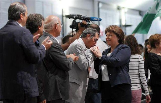 FrançoisLamy salue MartineAubry lors de l'université d'été de La Rochelle, le 26 août 2012.