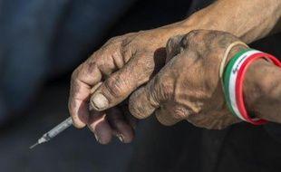 Un sans-abri tient dans sa main une seringue pour consommer de la drogue à Tijuana (Mexique) le 10 juin 2014