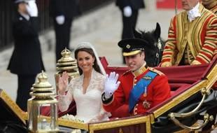Les jeunes mariés William et Kate regagnent Buckingham Palace en carrosse royal.