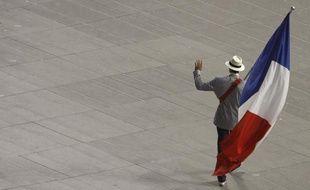 Le porte drapeau de la délégation française, Tony Estanguet, lors de la cérémonie des Jeux de Pékin, le 8 août 2008.