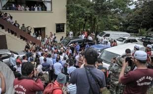 Soldats, journalistes et membres du gouvernement sont évacués lors d'une conférence de presse perturbée par une réplique du séisme près du Mont Kinabalu en Malaisie, le 7 juin 2015