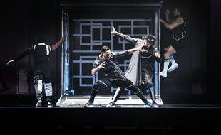 Les danseurs du Red Bull Flying Illusion se divisent en deux équipes opposant le bien contre le mal.