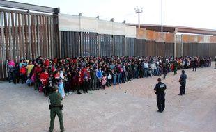 Des migrants d'Amérique centrale arrêtés par la police américaine des frontières au Texas, le 29 mai 2019.