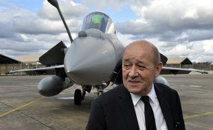 Jean-Yves Le Drian, le ministre de la Défense, sur la base militaire de Mont-de-Marsan, le 10 mars 2016.