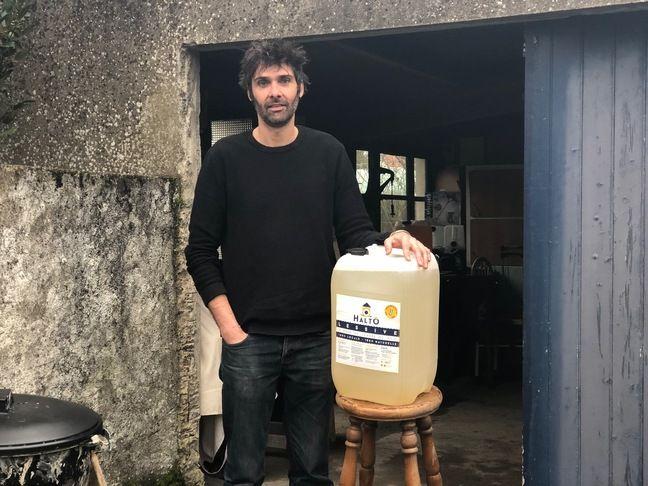 Régis Béthuel fabrique sa lessive dans son garage à Rezé, près de Nantes
