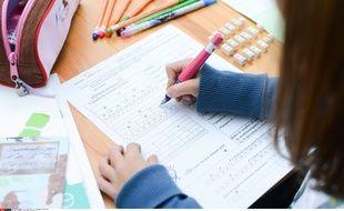 Photo d'illustration d'une élève en classe de mathématiques