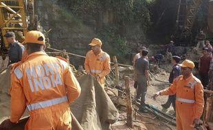 Des ouvriers sont coincés dans une mine inondée depuis quinze jours, en Inde.