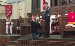 Capture d'écran de la vidéo publiée par Trevor Harper sur YouTube montrant sa demande en mariage à la Première église méthodiste unie d'Austin, au Texas, le 23 août 2015.