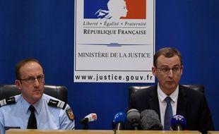 Thierry Dran (à droite), procureur de la République de Chambéry a annoncé la mise en examen pour assassinat  de Nordhal Lelandais aux côtés du Colonel Pascal Claisse.  AFP PHOTO / JEAN-PHILIPPE KSIAZEK