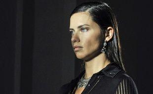 Adriana Lima montre ses fesses au Brésil