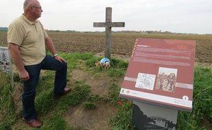 Comines-Warneton, le 27 aout - François Maekelberg, un Nordiste passionne d'histoire, devant la stele dressee en memoire de la fraternisation de Noel 1914.