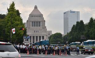 Un cordon de policiers devant le Parlement japonais à Tokyo, le 18 septembre 2015.