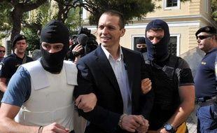 """Quatre députés du parti néonazi grec Aube dorée ont été inculpés mercredi de """"constitution et appartenance à une organisation criminelle"""", et l'un a été placé en détention provisoire."""