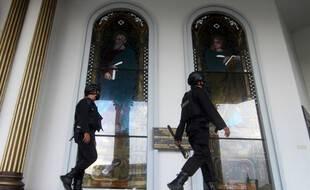 Des policiers dans la cathédrale attaquée, illustration