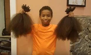Thomas Moore, jeune américain de 8 ans originaire du Maryland,a décidé de se laisser pousser les cheveux pour venir en aide aux enfants malades du cancer suivant des chimiothérapies.