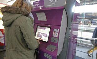 Un voyageur achète son billet dans la gare SNCF de Nantes, le 29 octobre 2013.