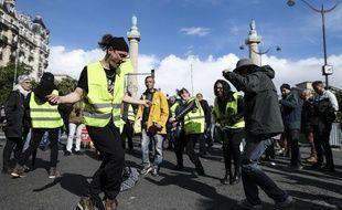 Des «gilets jaunes» dansant à Paris, le 4 mai 2019. Ce samedi est la plus faible mobilisation du mouvement avec 18.900 manifestants, selon le ministère de l'Intérieur.