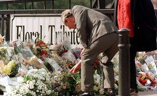 Le prince Charles dépose des fleurs sur la scène de l'attentat, en 1998.