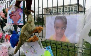 Messages de soutien devant l'école où était scolarisé David, à Saint-Herblain.