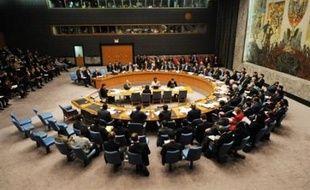 Dans le texte adopté à la quasi-unanimité --14 voix pour, une abstention--, le Conseil a alourdi le régime de sanctions économiques et commerciales qu'il avait mis en place à l'égard de l'Iran dans deux résolutions précédentes, en décembre 2006 (1737) et mars 2007 (1747).