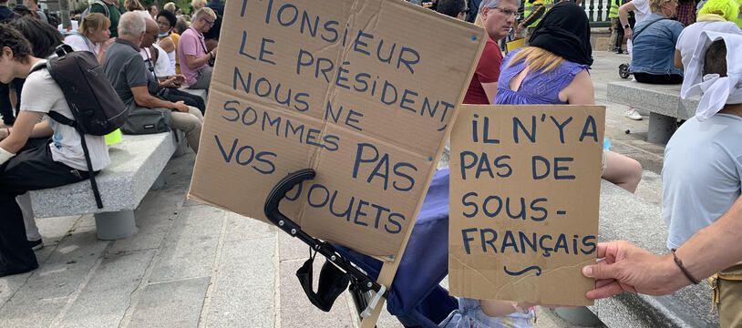 Les opposants au pass sanitaire sur la place de la Bastille, à Paris, samedi 24 juillet 2021.