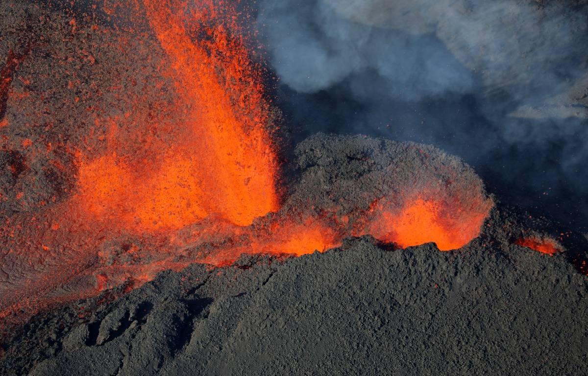 Vue aérienne du volcan le piton de la Fournaise à La Réunion, lors de sa précédente éruption, le 1er février 2017. – Richard BOUHET / AFP