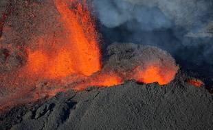 Vue aérienne du volcan le piton de la Fournaise à La Réunion, lors de sa précédente éruption, le 1er février 2017.