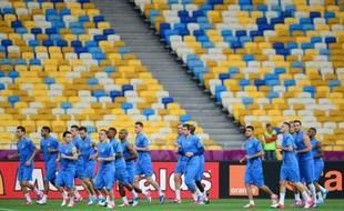 """Le milieu de l'équipe de France Blaise Matuidi, touché à la cuisse lors de la préparation de l'Euro-2012, a été victime d'une """"légère rechute"""" et il est resté aux soins lundi lors de la dernière séance avant le match contre la Suède mardi, a indiqué l'encadrement des Bleus."""