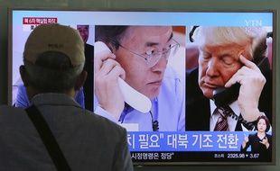 Un homme regarde un écran montrant le président américain Donald Trump en discussion téléphonique avec le président sud-coréen   Moon Jae-in à la gare de Séoul en Corée du Sud le 5 septembre 2017.