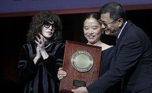 Wong Kar-wai pose, avec son épouse et Isabelle Adjani, lors de la remise du Prix Lumière 2017, vendredi 20 octobre à Lyon.