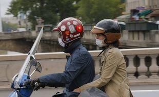 Deux personnes sur un scooter à Paris (Illustration)