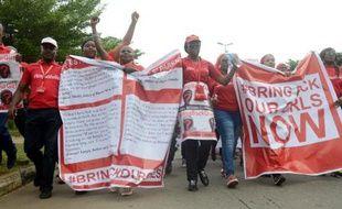 """Des militants de la campagne """"Rendez-nous nos filles"""" pour la libération des lycéennes nigérianes kidnappées par Boko Haram manifestent à Abuja le 14 octobre 2014"""