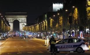 La police sécurise les Champs-Elysées théâtre d'un attentat terroriste le 20 avril 2017.