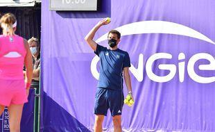 Paul-Henri Mathieu a distribué les balles aux joueuses pendant un set.