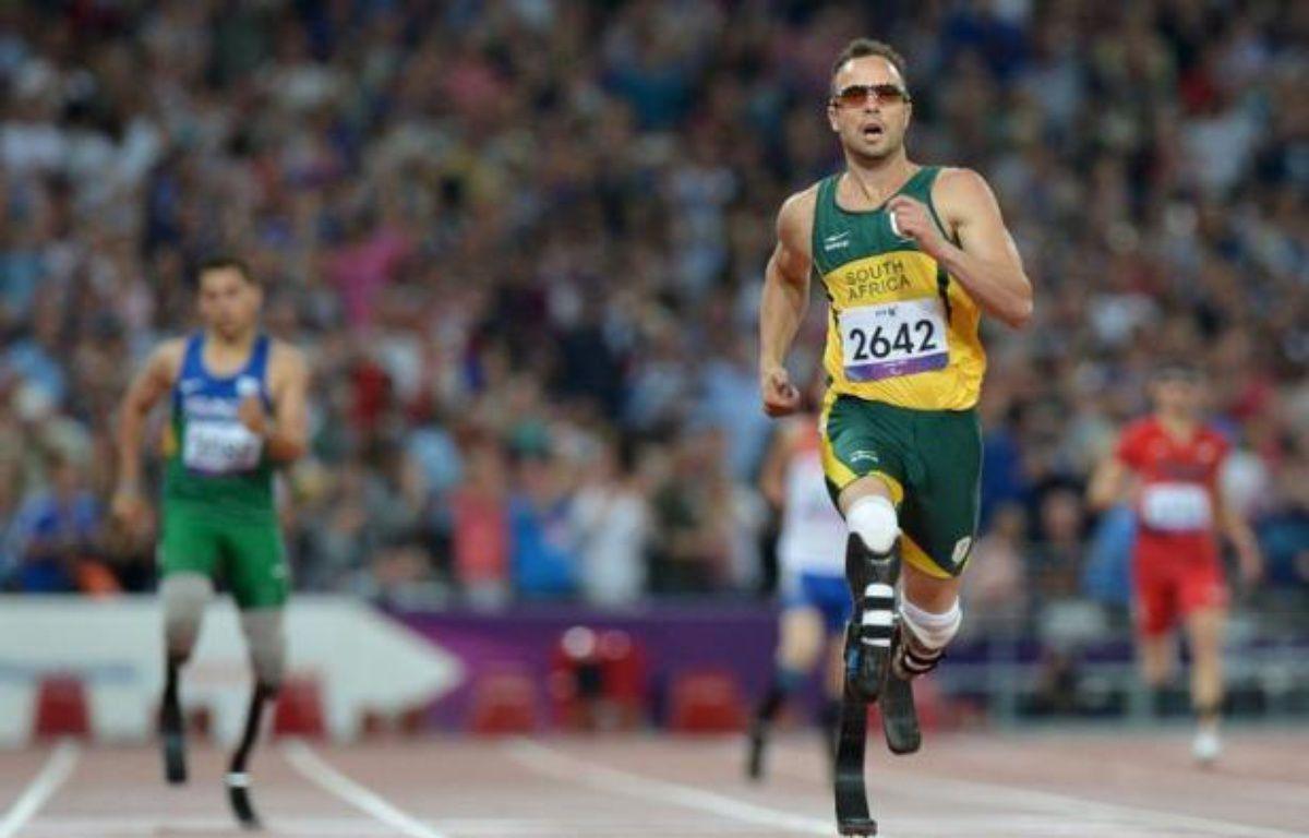 Le Sud-Africain Oscar Pistorius a conservé son titre sur 400 m (T44) samedi soir aux jeux Paralympiques de Londres et battu le record du monde de la distance, écrasant littéralement ses concurrents sous les acclamations du public du stade olympique. – Ben Stansall afp.com