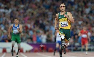 Le Sud-Africain Oscar Pistorius a conservé son titre sur 400 m (T44) samedi soir aux jeux Paralympiques de Londres et battu le record du monde de la distance, écrasant littéralement ses concurrents sous les acclamations du public du stade olympique.