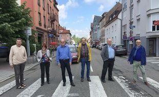 Des membres du collectif montramjtiens route du Général-De-Gaulle où le tram pourrait passer.