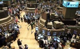 """La Bourse de New York a ouvert en nette baisse lundi, les pertes colossales dévoilées par la banque Citigroup et la démission de son PDG ravivant les craintes concernant les conséquences financières de la crise des """"subprime"""": le Dow Jones cédait 0,83% et le Nasdaq perdait 1,23%."""