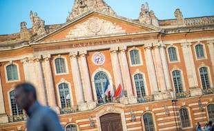 Sur la place du Capitole, la mairie de Toulouse. (Illustration)